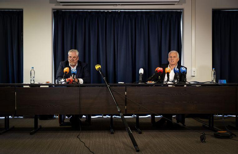 Peter Schouten en Peter R. de Vries houden een persconferentie over ontwikkelingen in het Marengo-proces in april 2020. Beeld ANP