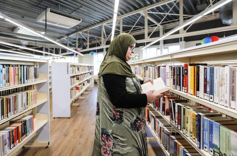 Een vrouw in de OBA in Molenwijk (Noord). Beeld Eva Plevier