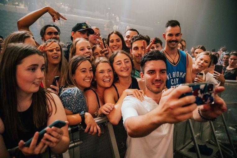 Selfies maken met fans na het concert van twee weken geleden in Auckland. Social distancing of mondmaskers onnodig, Nieuw-Zeeland is dankzij strenge lockdown- en quarantainemaatregelen al een hele tijd virusvrij. Beeld Joel McDowell
