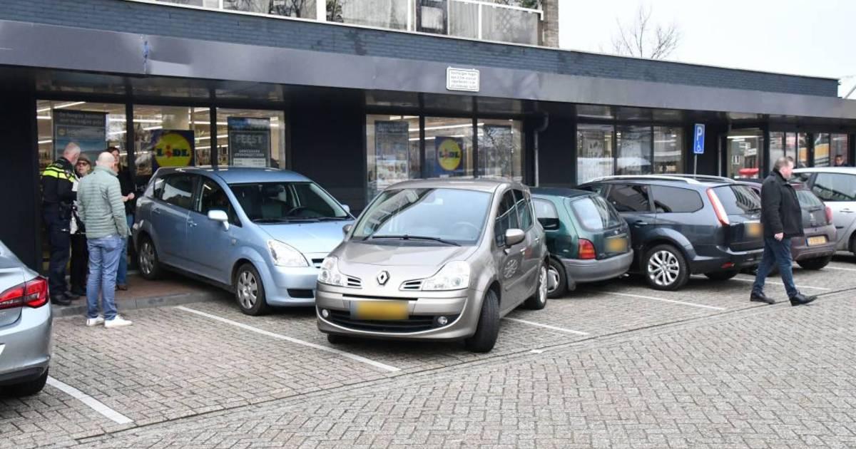 Aanrijding in Vlissingen: vier auto's en winkel lopen schade op.