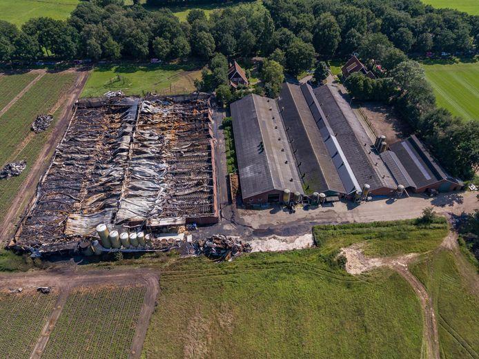 Uitgebrande varkensstal waar honderden varkens zijn omgekomen vannacht aan de Oppersveldweg.