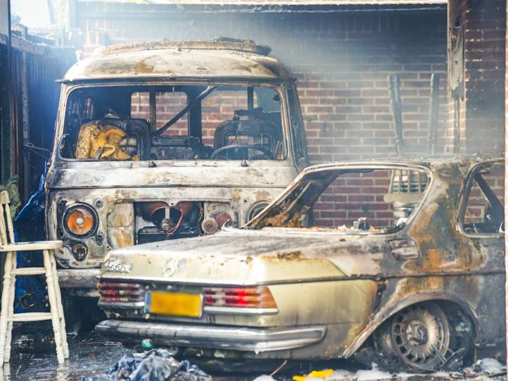 Auto uitgebrand in Deurne door kortsluiting, ook camper in vlammen op