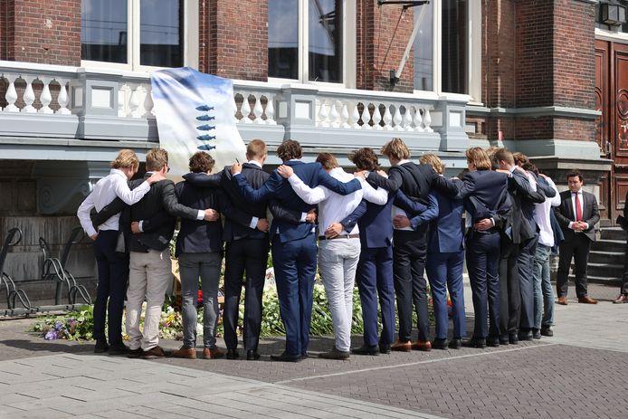 Delftse studenten namen afscheid van hun vrienden, de omgekomen surfers Max en Mathijs.