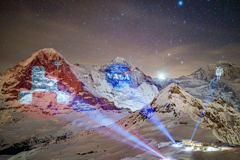 In het Zwitserse Männlichen projecteerde lichtartiest Gerry Hofstetter het logo van Nasa's Marsmissie op de Eiger, het Nasa-logo op de Monch en een astronaut op de Jungfrau. Hij bescheen de Alpenbergen vanaf de grond en vanuit een helikopter, als eerbetoon aan de Perseverance Rover die op 18 februari op Mars is geland. Beeld AP