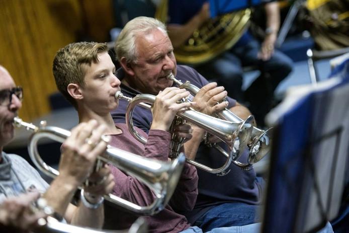 Soms zijn ze er nog: jongeren bij een blaasorkest, zoals hier bij drum- en showfanfare H.M. van der Zandt in Velp. Maar niet vaak.