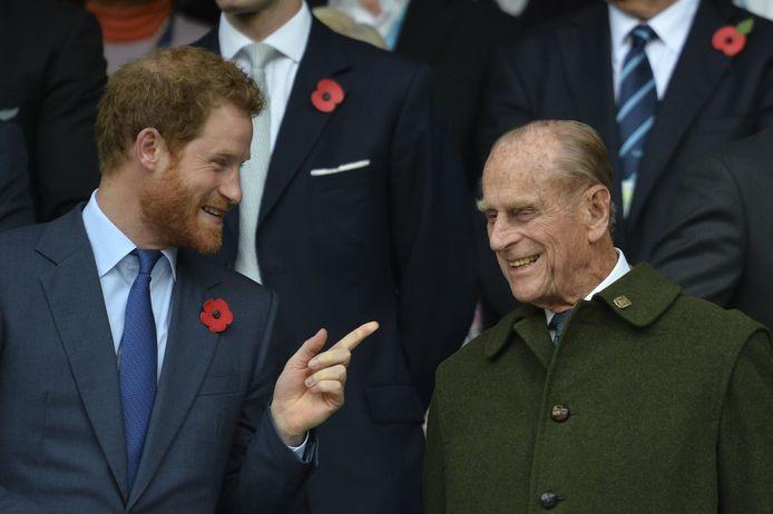 Prins Harry met zijn grootvader prins Philip tijdens de finale van het WK Rugby 2015 tussen Nieuw-Zeeland en Australië, eind oktober dat jaar in het Twickenham stadion in zuidwest Londen.
