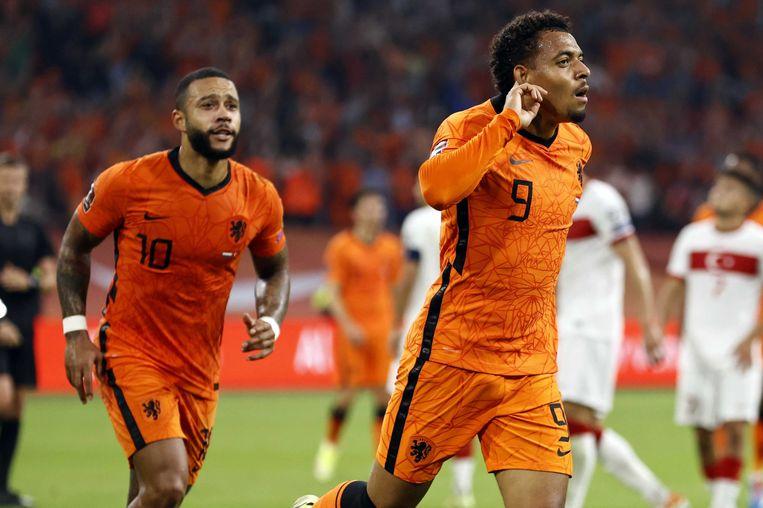 Memphis Depay en Donyell Malen vieren de 6-0 tijdens de WK-kwalificatie wedstrijd tussen Nederland en Turkije in de Johan Cruijff ArenA. Beeld ANP
