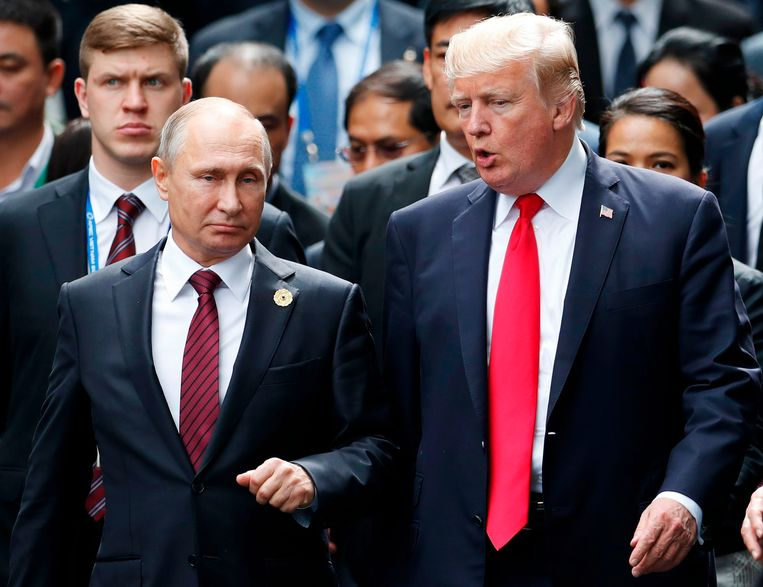 De Amerikaanse president Donald Trump (rechts) met zijn Russische ambtsgenoot Vladimir Poetin. De twee ontmoetten elkaar op de APEC-top in de Vietnamese  stad Danang, op 11 november 2017. Beeld AFP