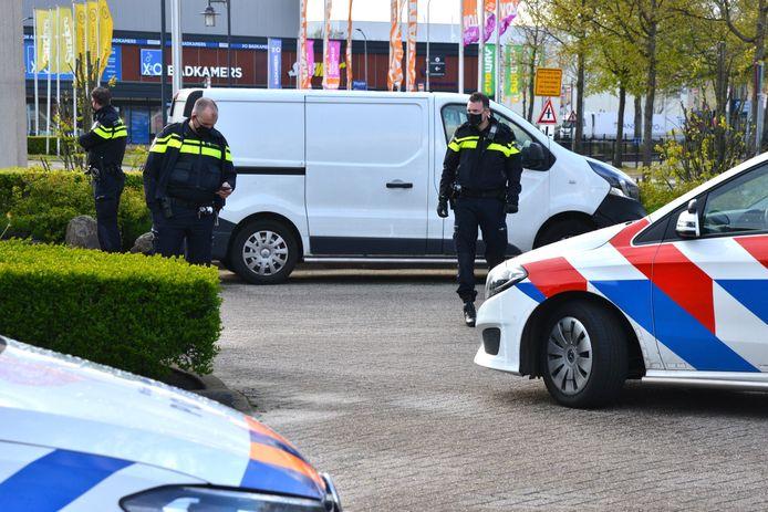 Op de woonboulevard aan de Kruisvoort trof de politie dinsdagavond een verdachte bestelbus met mogelijk drugs aan.
