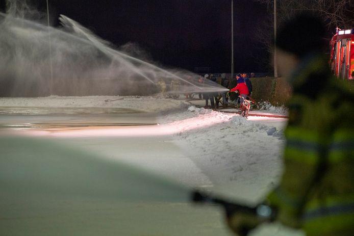 De brandweer hielp ijsvereniging Stokvisdennen vanavond een handje bij het maken van de ijsvloer.