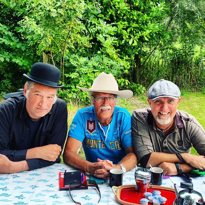 Harry de Jong (m) met muzikant Ivo Poelsma (l) en  presentator van de avond Willem de Vries.