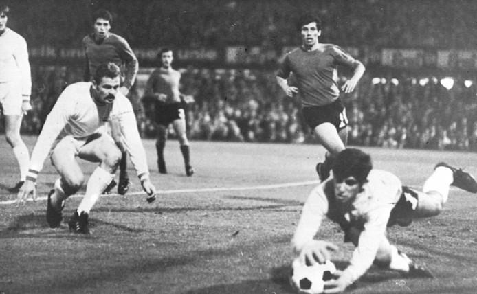 Hans Posthumus ziet in de 'uitwedstrijd' in de eigen Kuip hoe doelman Vassiliou kan redden.