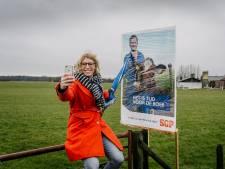 Marieke op jacht naar verkiezingsborden in weilanden