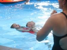 Wie gooit zijn peuter in het water om te leren zwemmen?