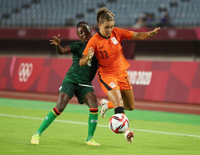 Lieke Martens flitst voorbij de Zambiaanse verdediger Margaret Belemu.