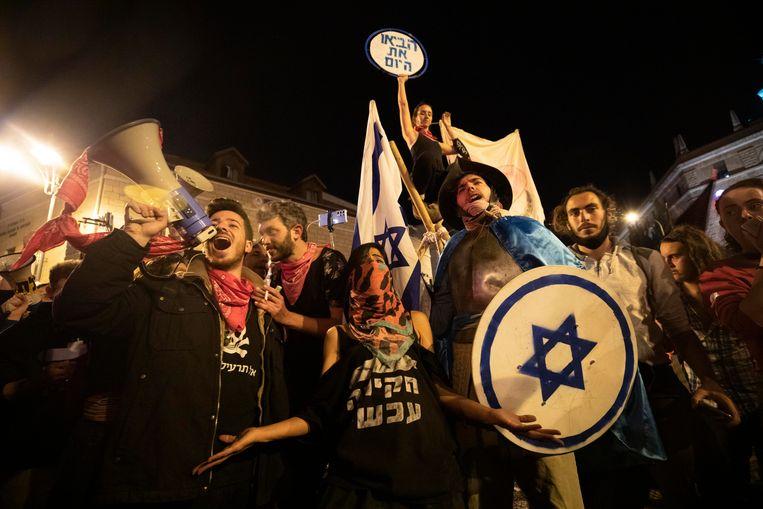 Demonstranten schreeuwen slogans bij de ambtswoning van premier Netanyahu.  Beeld AP