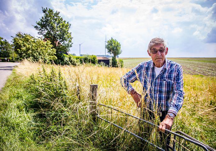 Martien van der Heiden op het perceel waarop ooit zijn ouderlijk huis stond.
