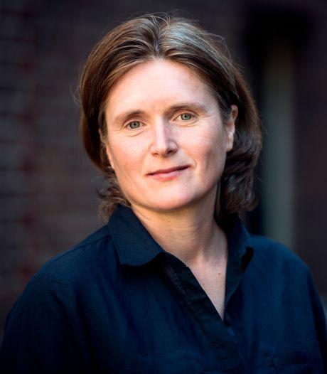 Adriaan van Dis prijst op tv boek over armoede in Almelo, en ontmoet na vergissing echte schrijver Mirjam Pool