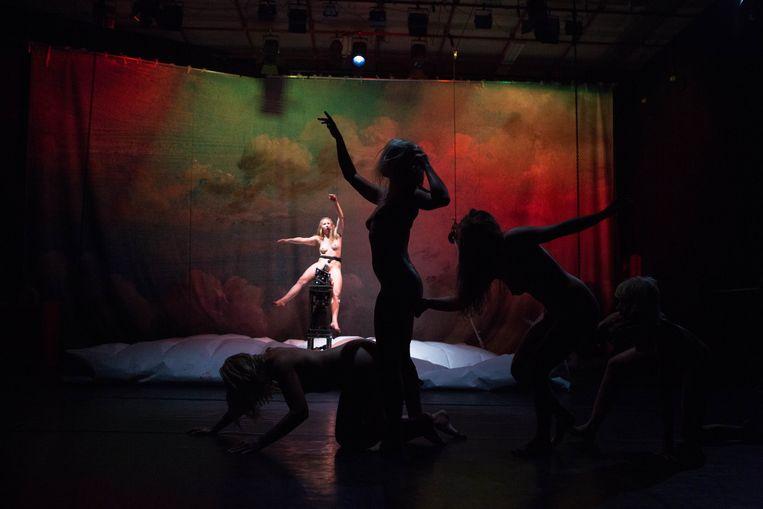 De Oostenrijkse choreografe Florentina Holzinger tackelt in het erg fysieke 'Apollon' de neoliberale lichaamscultus. Beeld RV - Radovan Dranga