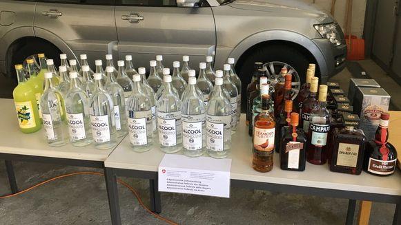 Het koppel sloeg in het belastingvrije dorp een stevige voorraad alcohol in.