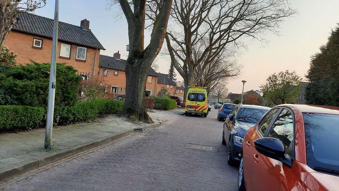 In eerste instantie kwam alleen een ambulance op het ongeval af, maar die kreeg de man niet van het dak: de brandweer wel.