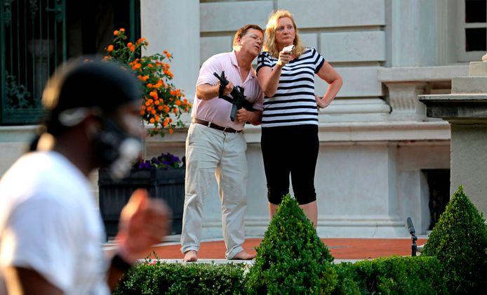 De gewapende Mark and Patricia McCloskey op 28 juni 2020 voor hun villa aan de westrand van St. Louis.