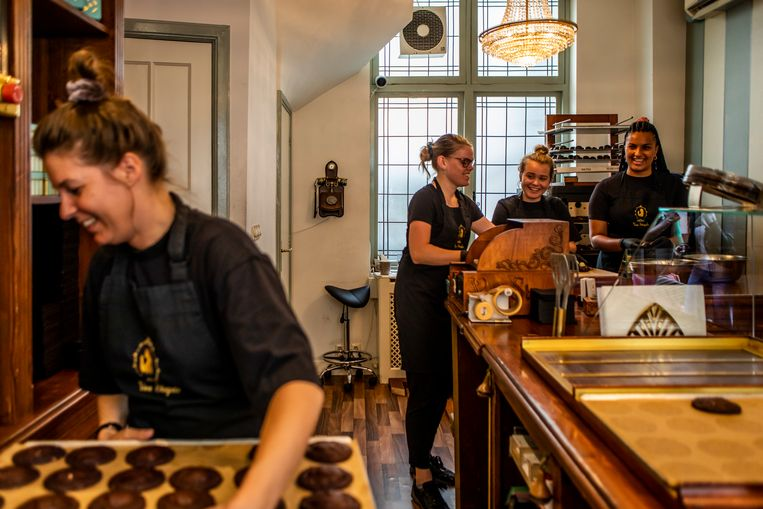 Employees are allowed to eat up to eighteen cookies a day for free. Beeld Lin Woldendorp