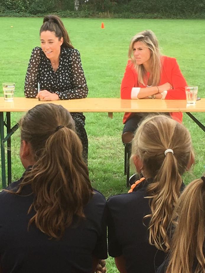Naomi van As (l.) en Kim Lammers, voormalig hockeyinternationals, luisteren naar vragen tijdens de Jumbo Hockey- en Voetbaldagen in Oirschot.