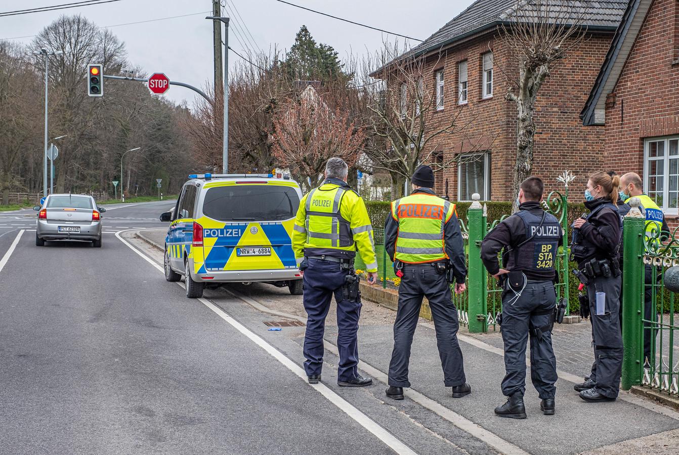 Politie stond in april aan de grensovergang in Ven-Zelderheide te controleren of mensen een negatieve coronatest op zak hadden.