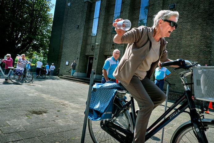 Deelnemers moesten als onderdeel van het behendigheidparcours op hun e-bike een bekertje verplaatsen.