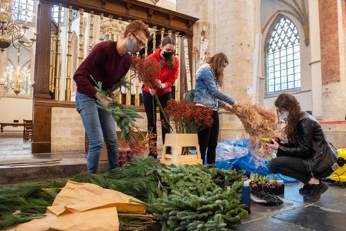Curio studenten vlnr Teun de Jonge (22), Aleesa Theijs (18), Sandra Verbeek (17) en Mariska van der Sanden (18) bij aanvang van het maken van hun bloemstukken voor de Grote Kerk