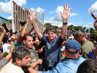 Braziliaanse president krijgt boete omdat hij zich zonder mondmasker in massa begaf