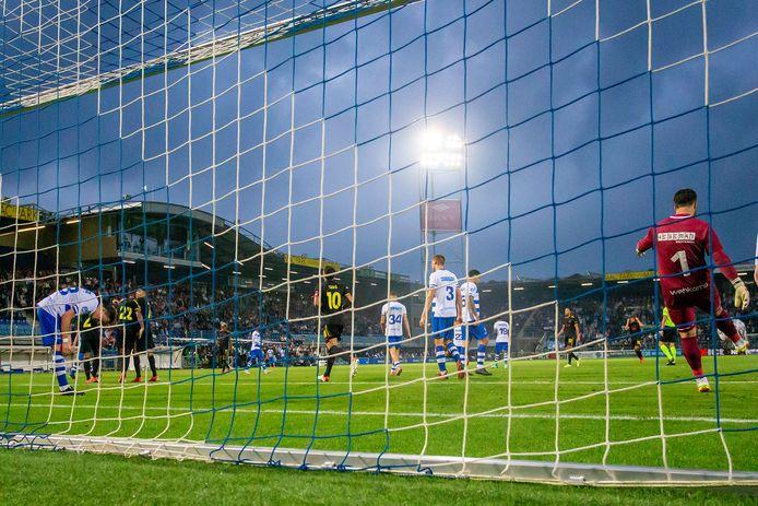 Ajax komt, na een fout van PEC-doelman Kostas Lamprou, op een beslissende 2-0.