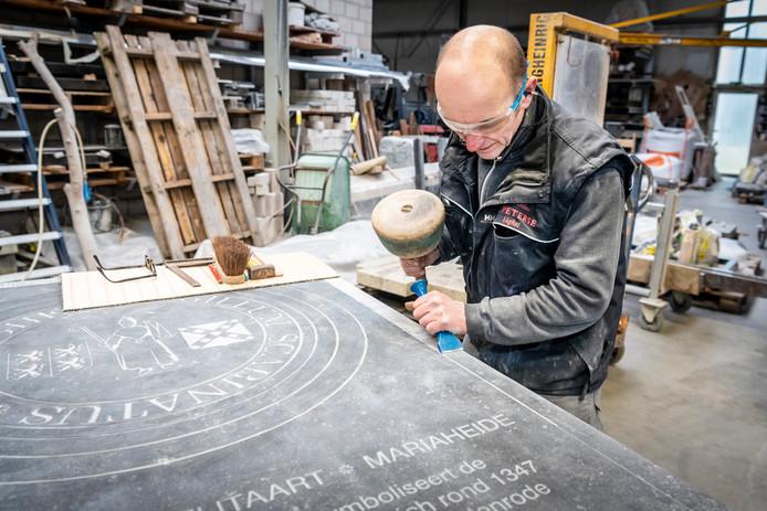 Bij Peterse Natuursteen werd deze week de laatste hand gelegd aan de 'Sigillum Scabinatus', een schepenzegel dat herinnert aan de tijd dat Veghel zelfbestuur kreeg. De gedenktegel komt voor het oude Raadhuis op de Markt te liggen waar het zaterdag 23 maart wordt onthuld.