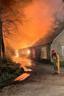 Uitslaande brand verwoest oude stal van boerderij in Deurne