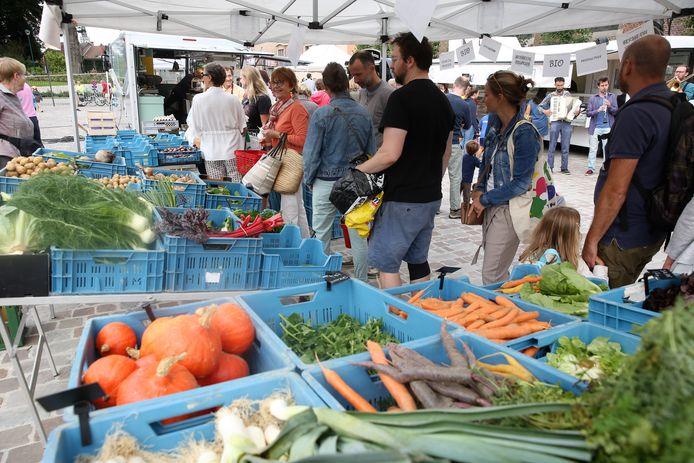 De wekelijkse markt lokte meteen heel wat klanten naar het Dorpsplein van Sint-Genesius-Rode.