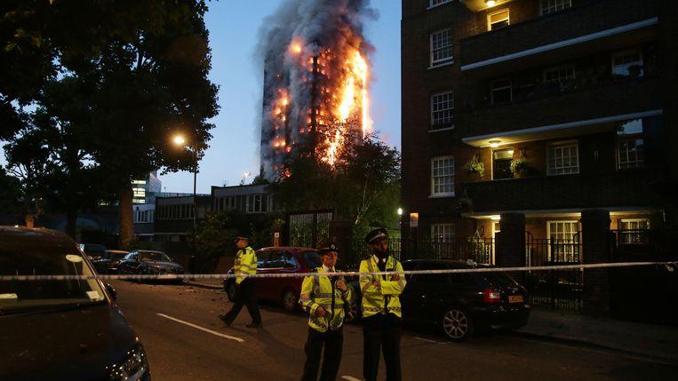 14 juni 2017. De Grenfell Tower in West-Londen brandt bijna volledig uit. Beeld AFP via Getty Images