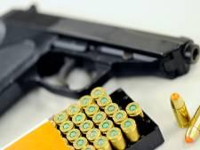 Auto staat verdacht lang stil onder viaduct: man (26) uit Lelystad opgepakt na vondst vuurwapen