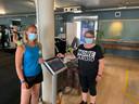 Fitness Fyzix Vilvoorde: Chadia ontvangt Ingrid aan het trainingsschema systeem met badge.