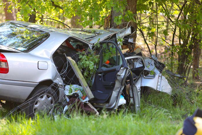 De bestuurder van deze personenauto is bij Uddel om het leven gekomen