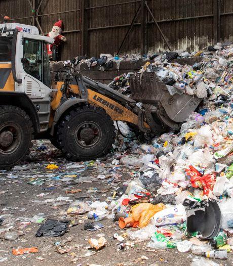 Onvrede over inzet controleurs oranje bak; 'Almeloërs schrikken van afvalpolitie'