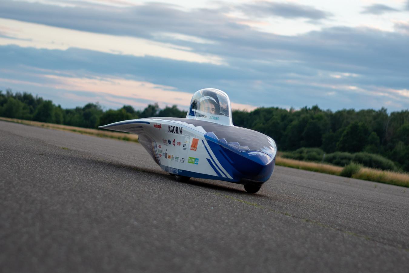 Meest opvallend is de keuze voor een spitse wagenvorm. Deze gestroomlijnde vorm zorgt voor een minimale luchtweerstand tijdens het rijden wat finaal resulteert in een sterk verminderd energieverbruik van de zonnewagen