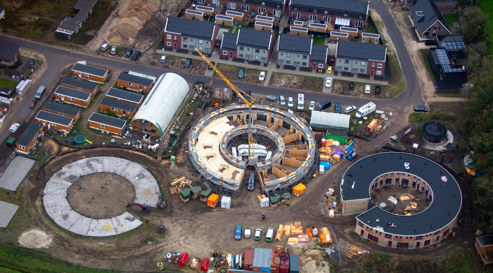 Het ecodorp vanuit de lucht. Het kenniscentrum komt linksboven, waar nu de bruine noodwoninkjes staan.