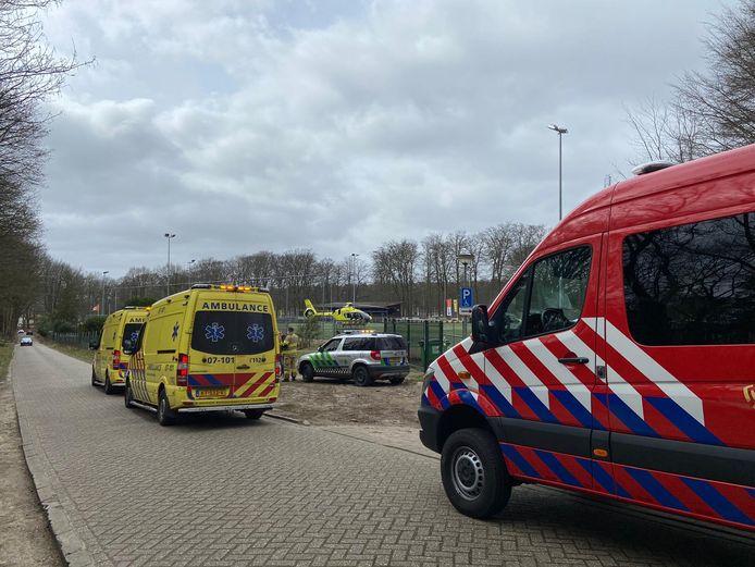 Een traumahelikopter is geland op de voetbalvelden van DVOV in Velp omdat een wielrenner onwel was geraakt op de Posbank.