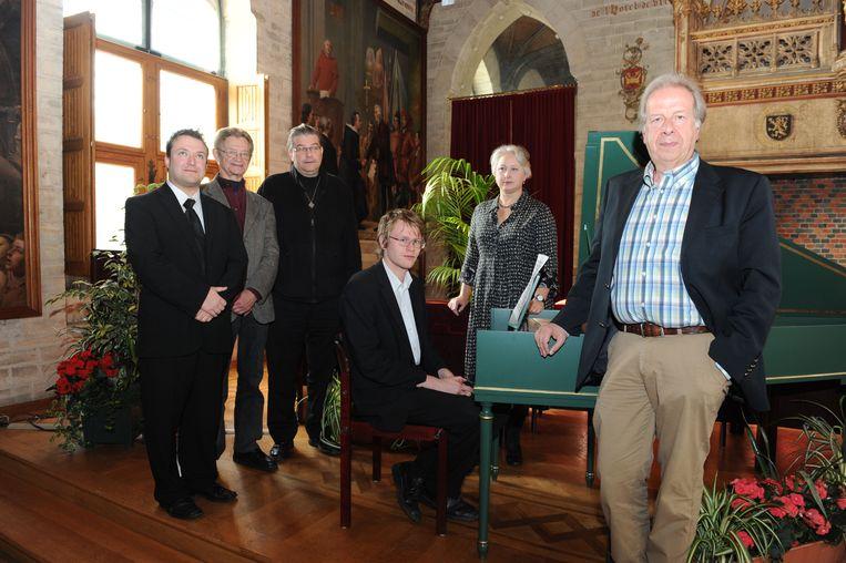 Fred Brouwers (rechts), hier op de foto met Meneer André, deken Dirk De Gendt en enkele muzikanten die dialect en cultuur samenbrachten in meerdere initiatieven.