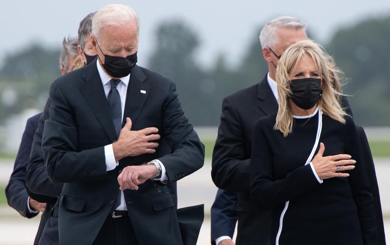 De Amerikaanse president Joe Biden en zijn vrouw Jill Biden bij de ceremonie op de luchtmachtbasis Dover. Beeld AFP