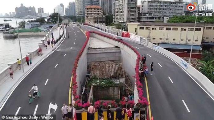 Het huis in de Chinese stad Guangzhou is aan beide kanten omringd door de snelweg.