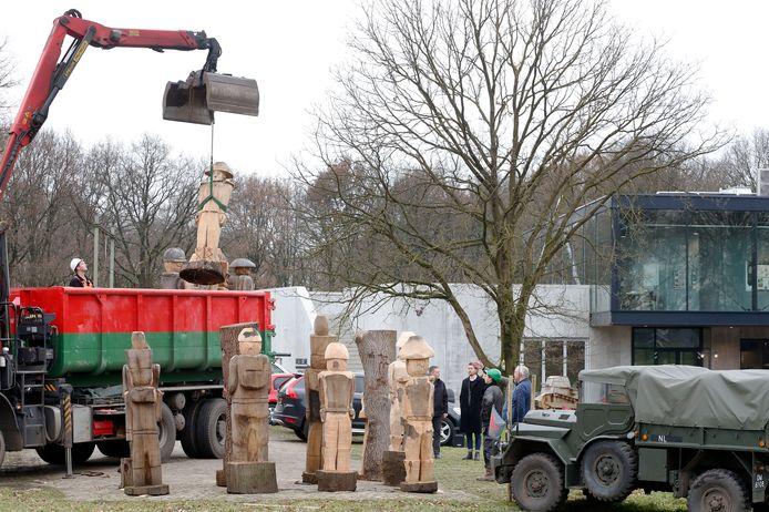 Zestien houten soldaten voor het bezoekerscentum.
