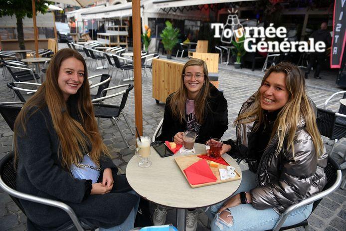 De drie vriendinnen Marijke, Kaat en Zoë kwamen helemaal uit Antwerpen om een vroeg terrasje mee te pikken op de Oude Markt in Leuven.