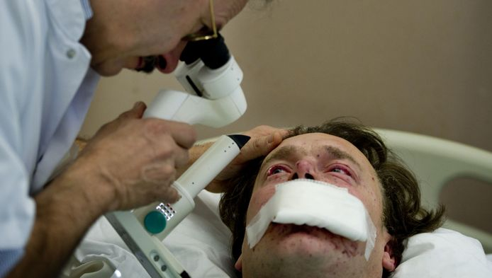 Vuurwerk leidt jaarlijks tot veel te veel gewonden, zoals deze meneer in het oogziekenhuis in Rotterdam.